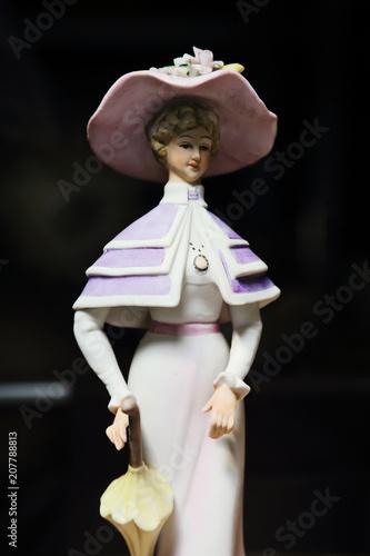 Poster  figurine femme 1900 en biscuit