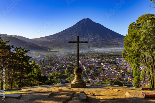 Spoed Foto op Canvas Centraal-Amerika Landen Guatemala. Antigua. Cerro de la Cruz - viewpoint over town, there is Agua volcano opposite the cross (devoted to the city's patron, St. James)
