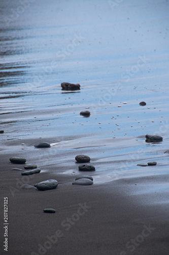 Piedras en la orilla de una playa de Puerto de la Cruz, Tenerife, Canarias