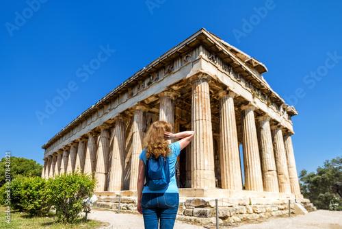 Plakat Młoda kobieta patrzy na świątynię Hefajstosa w Atenach