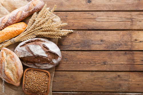 Montage in der Fensternische Brot Mixed of fresh baked bread, top view