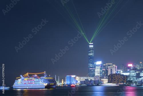 Tuinposter Aziatische Plekken Laser show in Victoria Harbor of Hong Kong city at night