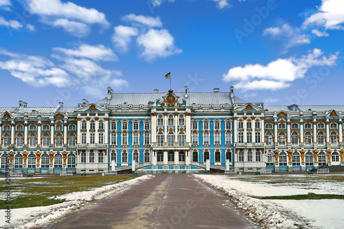 Foto  Catherine palace against bright blue sky