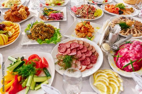 Fond de hotte en verre imprimé Plat cuisine Table with food and drinks in a restaurant