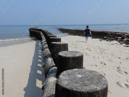 Foto op Aluminium Noordzee Strandurlaub 66 / Junge läuft zwischen Wellenbrechern