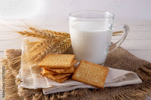 Obraz na płótnie Square biscuit cracker with fresh milk