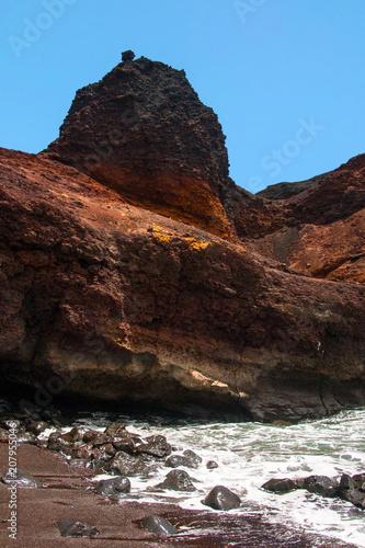 In de dag Diepbruine Playa con acantilado rojo en Punta del Teno, Tenerife, Canarias