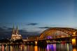 Kölner Dom beleuchtet mit Hohenzollernbrücke