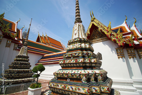 In de dag Bangkok Towers and traditional ornaments of the Temple of the Reclining Buddha (Wat Pho), is a Buddhist temple complex, directly south of the Grand - Royal Palace in Bangkok (Krung Thep), Thailand, Asia.