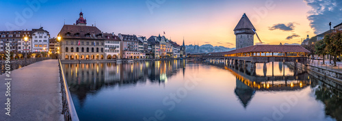Fotografie, Obraz  Altstadt von Luzern mit Kapellbrücke und Wasserturm, Schweiz