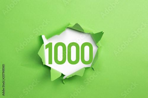Fotografía  grüne Nummer 1000 auf grünem Papier