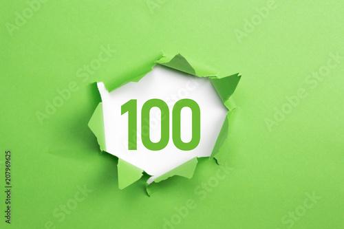 Fotografía  gruene Nummer 100 auf gruenem Papier