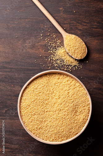 Poster Graine, aromate Top view of Raw couscous in bowl