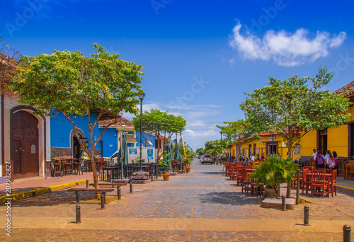 Valokuva GRANADA, NICARAGUA - APRIL 28, 2016: View of market stalls at a colorful street