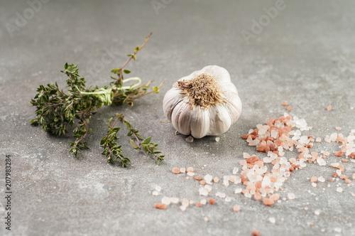 Fototapeta czosnek, rozmaryn i sól obraz