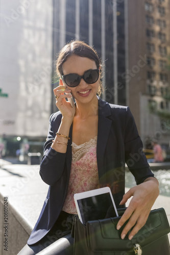 Foto op Plexiglas New York TAXI Young Businesswoman Working With a Digital Tablet in Manhattan ,