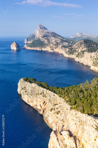 Foto op Plexiglas Europese Plekken Mallorca Mirador Es Colomer Cap Formentor Landschaft Meer Hochformat Spanien