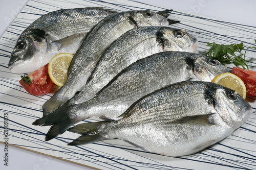 Poster Vis Fresh raw fish gilt head bream or dorada on cutting board