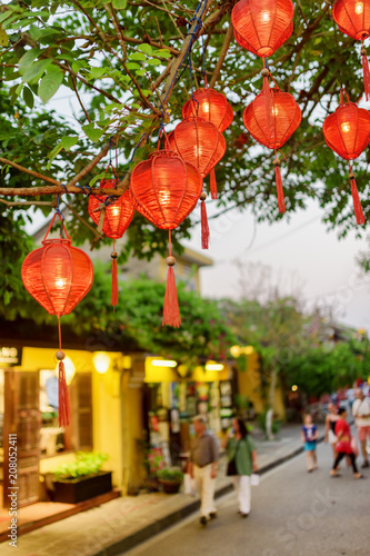 Photo  Scenic evening view of green tree decorated with red lanterns