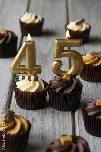 Photographie  Number 45 celebration birthday cupcakes on a wooden background