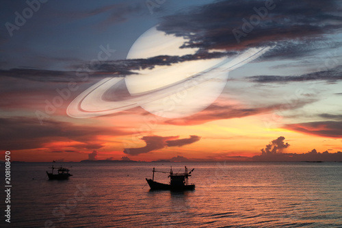 Spoed Foto op Canvas Zee zonsondergang Saturn back on night cloud sunset sky silhouette boat on sea