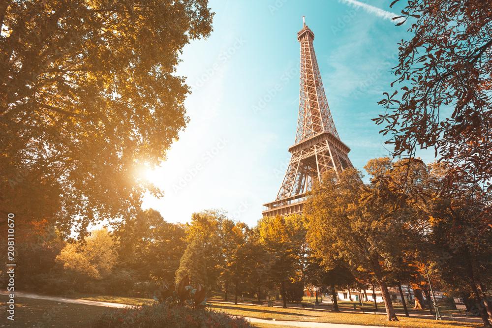 Fototapety, obrazy: Zachód słońca z ogrodów w pobliżu Wieży Eiffla w Paryżu, Francja