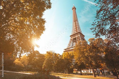 Obraz Zachód słońca z ogrodów w pobliżu Wieży Eiffla w Paryżu, Francja - fototapety do salonu