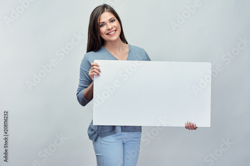 Fotografía  Smiling woman holding white advertising board with empty copy sp