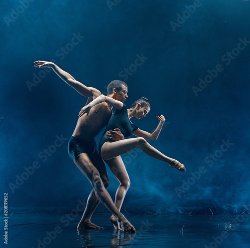 Valokuvatapetti Young couple of ballet dancers dancing unde rwater drops