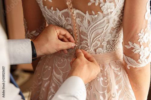 Foto Wedding help in fitting room