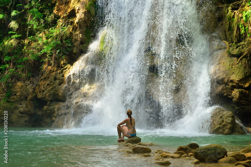 Cuadros en Lienzo Tourist swimming in the Salto el Limon the waterfall located in the centre of the tropical forest, Samana, Dominikana Republic