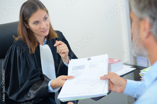 Fotografie, Tablou handing over notes to judge