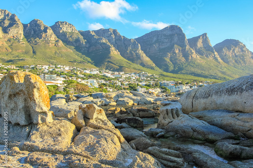 Poster Afrique du Sud Big rocks in Camps Bay with Table Mountain National Park behind him. Camps Bay is one of the most exclusive resort of South Africa Also known as Cape Town's Riviera.