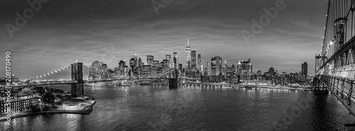 mata magnetyczna Brooklyn, Brooklyn park, Brooklyn Bridge, Janes Carousel and Lower Manhattan skyline at night seen from Manhattan bridge, New York city, USA. Black and white wide angle panoramic image.