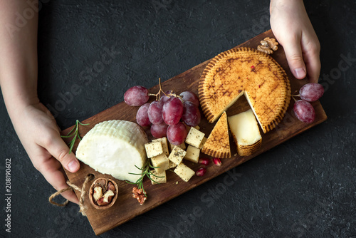 In de dag Assortiment cheese platter and hands of cheese maker