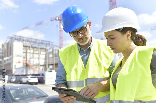 Papiers peints Individuel Construction manager and engineer working on building site