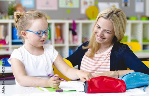 Leinwand Poster Lehrerin hilft Schülerin beim Lernen