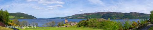 Fotobehang Rudnes Panorama der Ruinen der Burg Urquhart am Loch Ness in Schottland