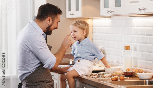 Papiers peints Individuel happy family in kitchen. father and child baking cookies