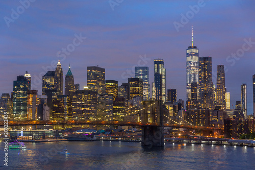 In de dag Donkerblauw Brooklyn park, Brooklyn Bridge, Janes Carousel and Lower Manhattan skyline at night seen from Manhattan bridge, New York city, USA.