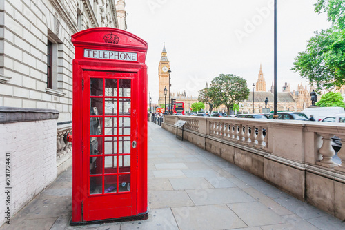 Photo  Central London, England with famous landmark sights Big Ben and parliament in We