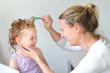 canvas print picture - Mutter kämmt mit Läuasekamm Haare der Tochter