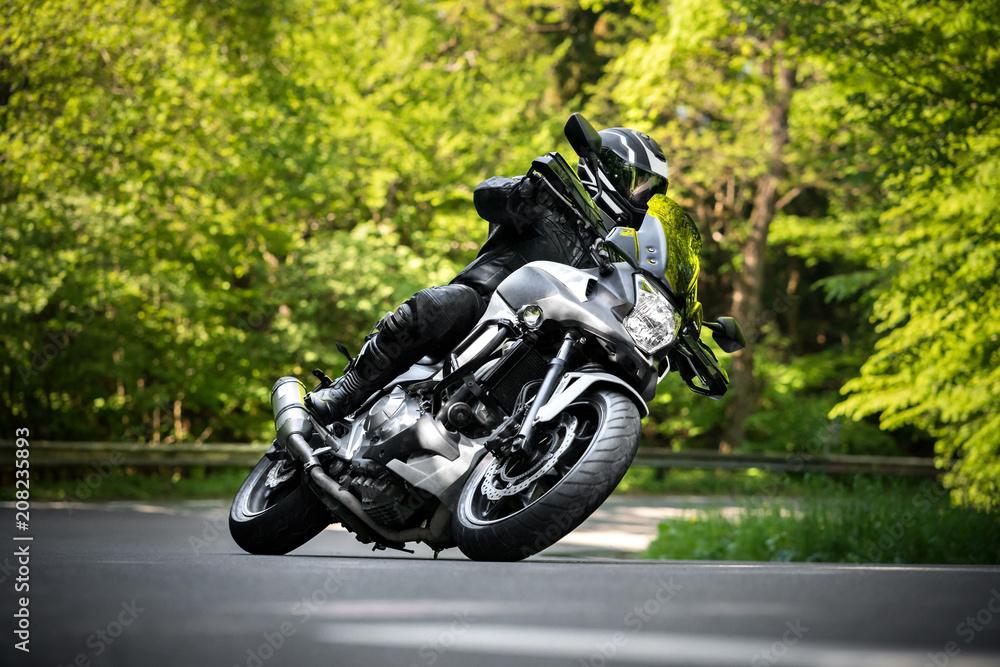 Fototapeta Motorradfahrer in Kurve