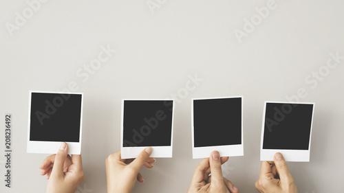 Obraz Hands holding blank photo frame - fototapety do salonu