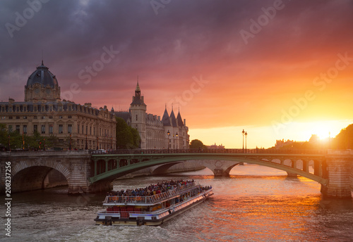 Keuken foto achterwand Centraal Europa Conciergerie Building in Paris, France at sunset