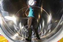 Primer Plano De Un Trabajador Realizando Labores De Limpieza En El Interior De Una Cisterna Silo