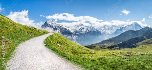 Krajobraz górski w Alpach Szwajcarskich w lecie
