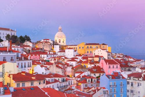 Plakat Sceniczny widok Alfama stary okręg Stary miasteczko z Krajowym panteonem przy różowym zmierzchem, Lisbon, Portugalia
