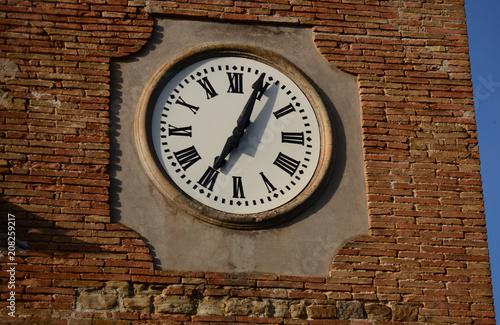 Fotobehang Theater Runde historische Uhr mit römischen Ziffern