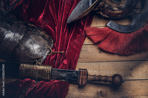 Leinwand Poster Complete combat equipment of the ancient Greek warrior on a wooden boards